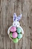 在篮子收集的鸡蛋为复活节假日 图库摄影