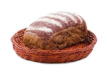在篮子有一块黑面包 背景查出的白色 免版税库存图片