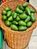 在篮子特写镜头的成熟绿色鲕梨 免版税库存照片