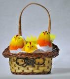 与复活节鸡玩具的篮子 免版税库存照片