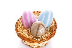 在篮子的五颜六色的复活节彩蛋 图库摄影