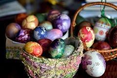 在篮子的五颜六色的复活节彩蛋 免版税图库摄影