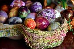 在篮子的五颜六色的复活节彩蛋 库存照片
