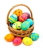 在篮子的五颜六色的手工制造复活节彩蛋 图库摄影