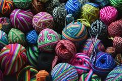 在篮子的五颜六色的毛线球 免版税库存照片