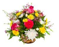 在篮子的五颜六色的花的布置 免版税库存图片