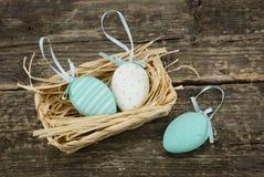 在篮子的五颜六色的装饰鸡蛋 库存图片