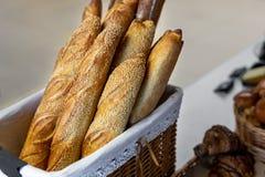 在篮子的传统有壳的法式面包长方形宝石在面包店 新鲜的有机酥皮点心在地方市场上 法国烹调背景 图库摄影