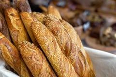 在篮子的传统有壳的法式面包长方形宝石在面包店 新鲜的有机酥皮点心在地方市场上 法国烹调背景 库存图片