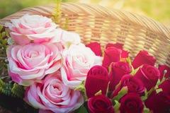 在篮子的假玫瑰 免版税库存图片
