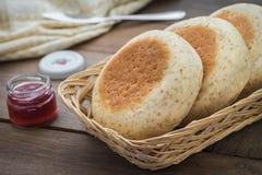 在篮子的全麦英格兰式松饼和在bott的草莓酱 库存图片