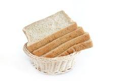 在篮子的全麦面包 免版税图库摄影