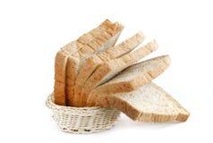 在篮子的全麦面包 库存照片