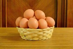 在篮子的农村鸡蛋 库存图片