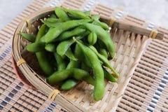 在篮子的冷冻edamame豆在makisu膳食席子准备服务在日本餐馆在曼谷,泰国 免版税库存照片
