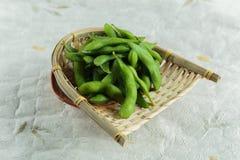 在篮子的冷冻edamame豆在washi日文报纸 准备服务在日本餐馆在曼谷,泰国 免版税库存照片