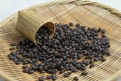 在篮子的咖啡豆 免版税库存照片