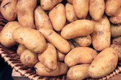 在篮子的土豆出售的 库存照片