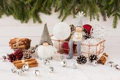 在篮子的圣诞节球,地精和天使,在白色木背景的圣诞树 库存照片