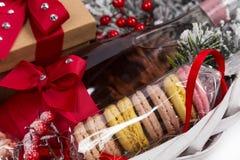 在篮子的圣诞节礼物用酥皮点心,酒,装饰 免版税图库摄影