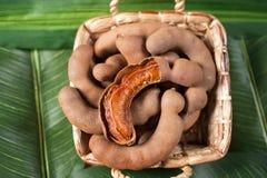 在篮子的堆罗望子树在香蕉叶子 库存照片