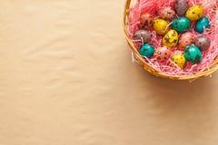 在篮子的复活节五颜六色的鹌鹑蛋 免版税库存照片