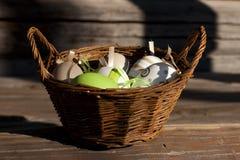 在篮子的复活节彩蛋土气木表面上 免版税库存照片