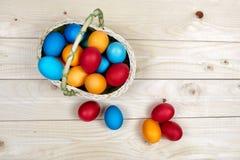 在篮子的复活节彩蛋在土气木背景 库存图片