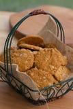 在篮子的安扎克饼干在外部桌上 库存照片