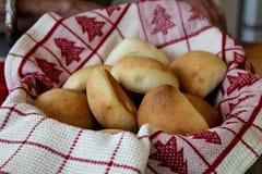 在篮子的小圆面包标示用圣诞节毛巾 库存照片