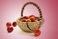 在篮子的小红色苹果。 免版税库存照片