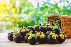 在篮子的山竹果树果子在木桌上 库存照片