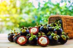 在篮子的山竹果树果子在木桌上 库存图片
