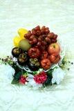 在篮子的异乎寻常的果子 免版税库存照片