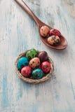 在篮子的愉快的复活节鹌鹑蛋 免版税图库摄影