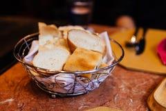 在篮子的意大利新鲜的被烘烤的面包 担当开胃菜 免版税库存图片