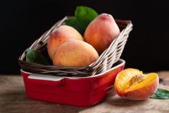 在篮子的成熟桃子果子 免版税库存图片