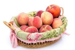 在篮子的成熟桃子 免版税库存照片