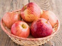 在篮子的成熟水多的红色苹果 免版税库存照片