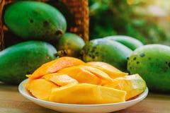 在篮子的成熟芒果果子在木桌上 库存图片