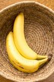 在篮子的成熟香蕉 免版税库存照片