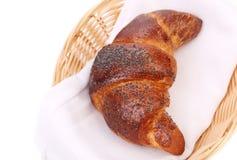 在篮子的新月形面包。 免版税库存图片