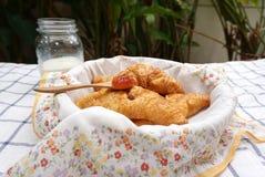 在篮子的新月形面包与花纹花样餐巾 免版税图库摄影