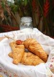 在篮子的新月形面包与花纹花样餐巾 免版税库存图片