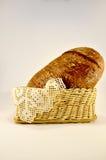 在篮子的新近地被烘烤的黑麦面包 免版税库存图片