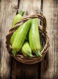 在篮子的新鲜的夏南瓜 免版税库存图片