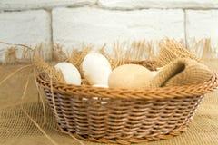 在篮子的新鲜的有机鸡蛋包裹与粗麻布织品材料 免版税库存图片