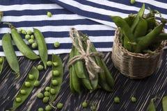 在篮子的新鲜的有机绿豆 库存图片
