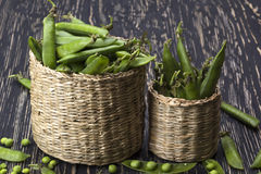 在篮子的新鲜的有机绿豆 库存照片