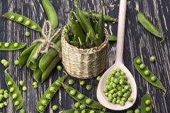 在篮子的新鲜的有机绿豆 免版税图库摄影